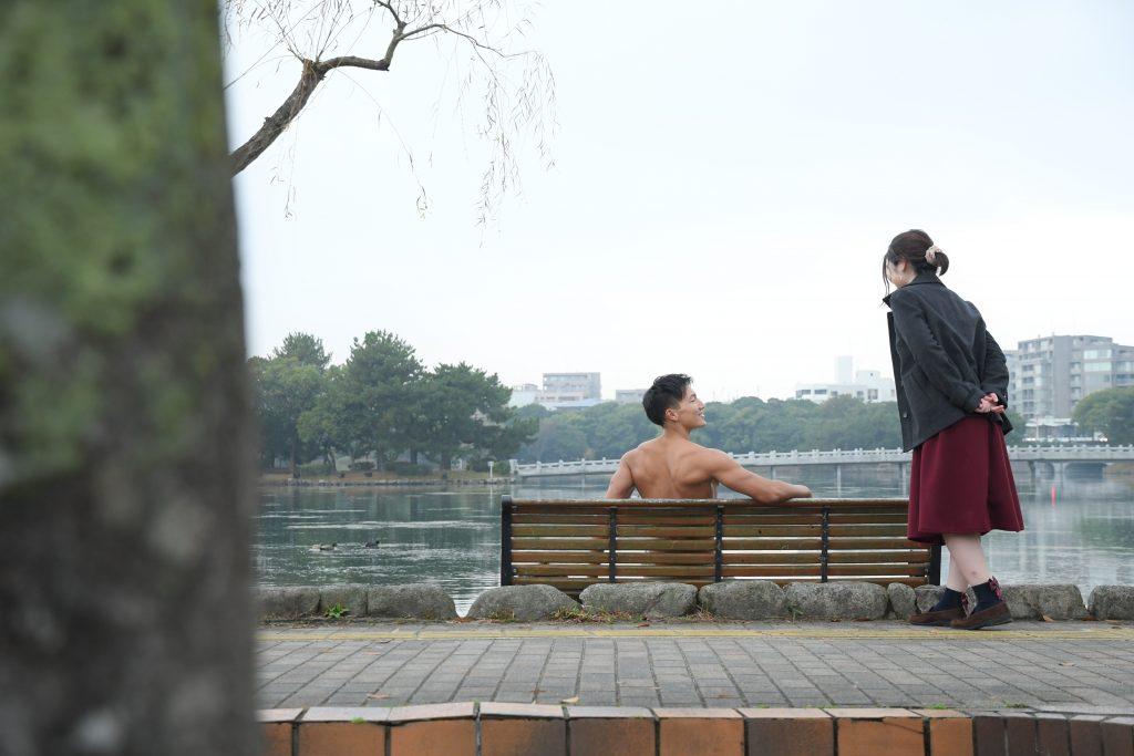 真冬の公園デートにて、裸で出迎えるマッチョ/reference photo for drawing muscle/date at the park@フリー素材 デート
