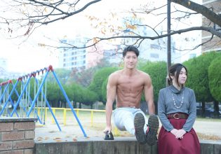 デート中に公園で一休みするマッチョ@写真 マッチョ@reference photo for drawing muscle/date at the park