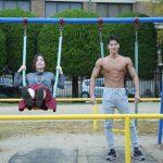 ブランコをカップルで楽しんでいたのに、突然フロントポーズをするマッチョ/reference photo for drawing muscle/date at the park@写真 マッチョ