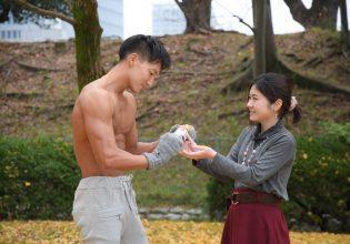暖かい飲み物の成分をチェックするマッチョ/reference photo for drawing muscle/date at the park@写真 マッチョ