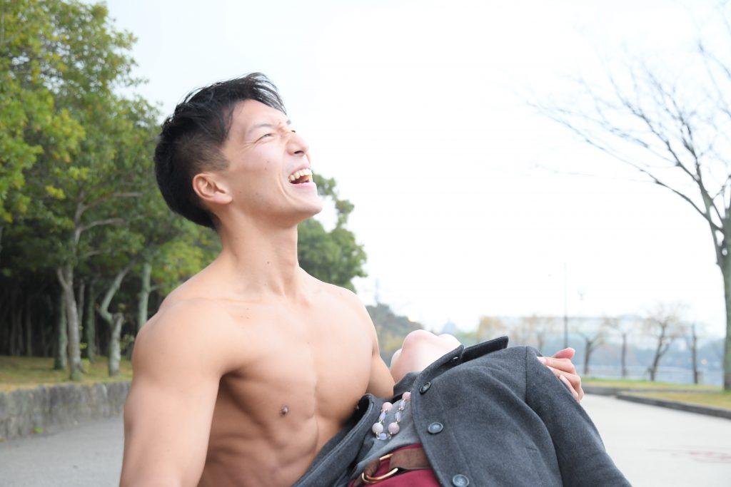 世界の中心で愛を叫ぶマッチョ/reference photo for drawing muscle/date at the park@フリー素材 筋肉
