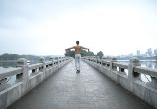橋でパンプアップするマッチョ/reference photo for drawing muscle@写真 筋肉