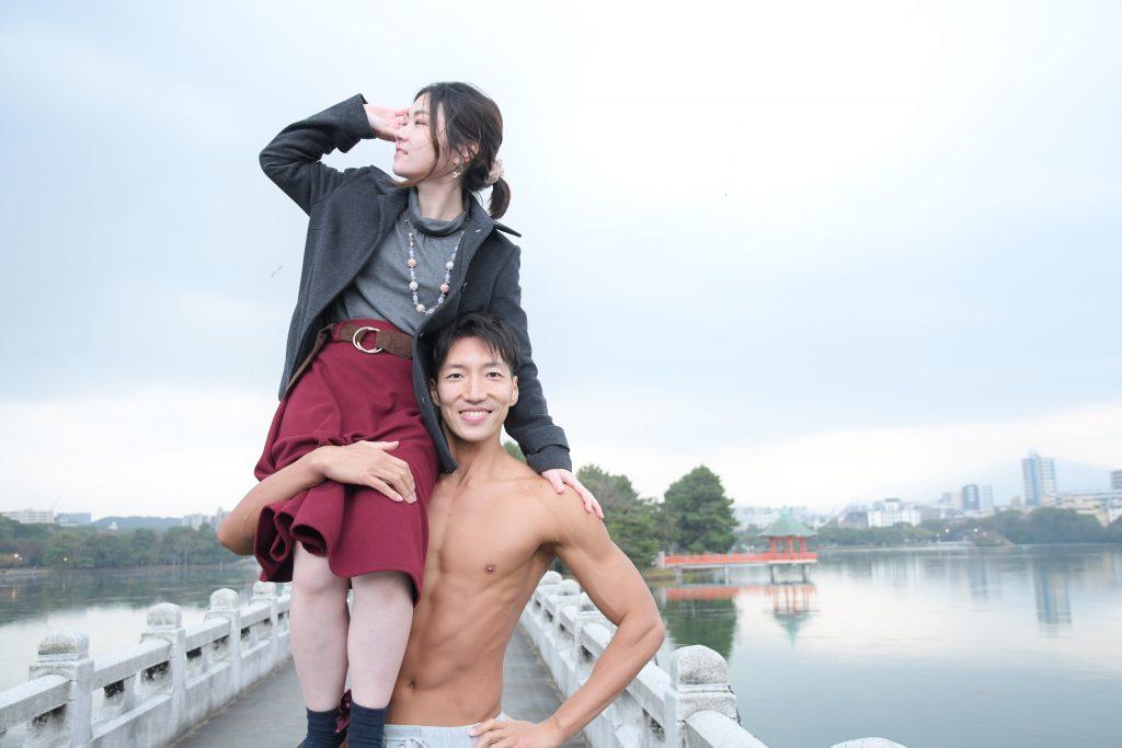 恋人を肩に乗せるマッチョ/reference photo for drawing muscle/date at the park@写真 筋肉