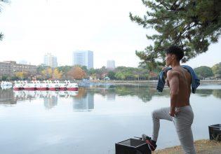 プロテインを想い、遠くをみつめるマッチョ/reference photo for drawing muscle/date at the park@写真 マッチョ