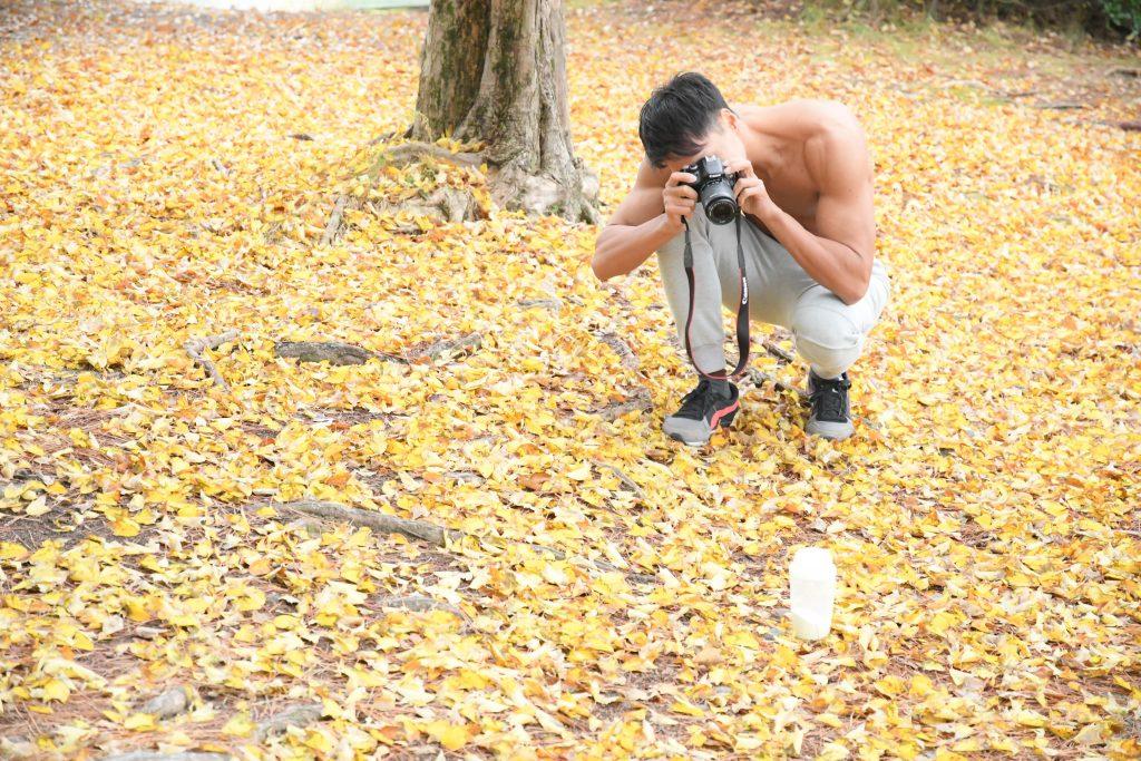 小さな秋を見つけたマッチョ