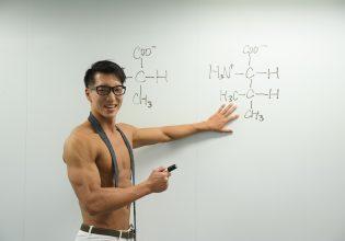 【オフィスのマッチョ】熱くアミノ酸の成分説明をするマッチョ@フリー素材 筋肉/reference photo for drawing muscle/at the office