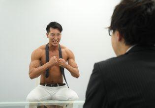 【オフィスのマッチョ】圧迫面接を受けるマッチョ@フリー素材 筋肉/reference photo for drawing muscle/at the office
