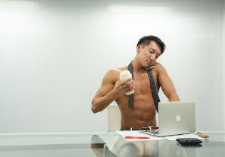 マルチタスクをするマッチョ/reference photo for drawing muscle/at the office@フリー素材 ビジネス