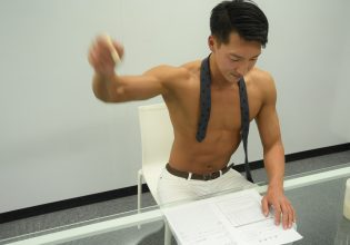 ハンコを押すマッチョ@フリー素材 オフィス/reference photo for drawing muscle/at the office