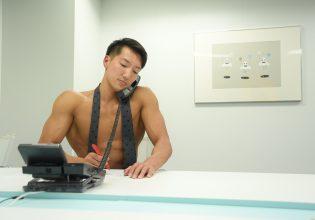 【オフィスのマッチョ】電話対応をするマッチョ@筋肉 資料/reference photo for drawing muscle/work at the office