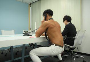 【オフィスのマッチョ】空気椅子で電話対応するマッチョ@フリー素材 ビジネス/reference photo for drawing muscle/at the office