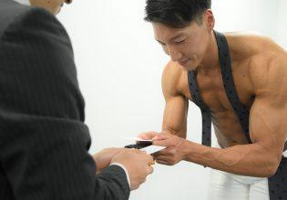 【オフィスのマッチョ】名刺交換するマッチョ@フリー素材 筋肉/reference photo for drawing muscle/at the office