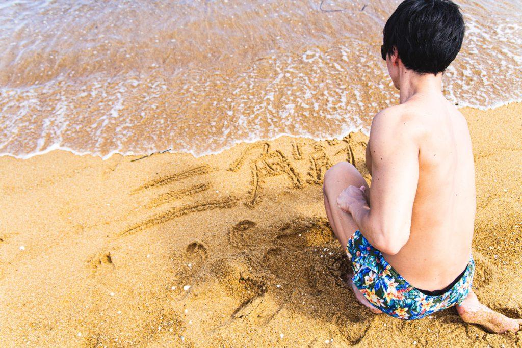 砂浜に好きな筋肉の部位を書くマッチョ2/reference photo for drawing muscle at the beach@フリー素材 砂浜