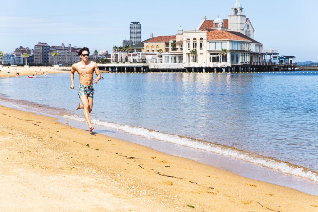 砂浜ダッシュをするマッチョ/reference photo for drawing muscle at the beach1@モデル 筋肉