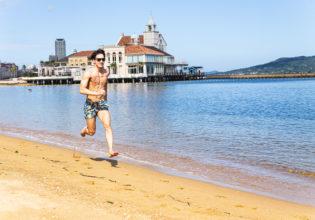 砂浜ダッシュをするマッチョ/reference photo for drawing muscle at the beach@フリー素材 海