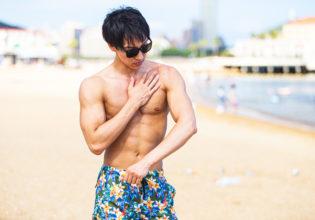 しっかり日焼け止めを塗るマッチョ/reference photo for drawing muscle at the beach@モデル 筋肉