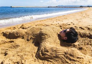 砂に埋められるマッチョ2/reference photo for drawing muscle at the beach@フリー素材 夏