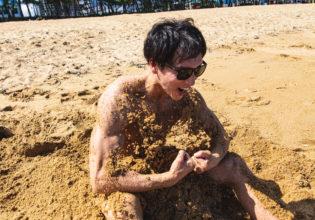 砂から産まれるマッチョ3@フリー素材 夏