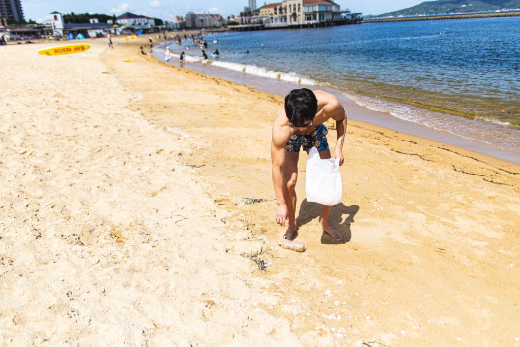 砂浜のゴミを拾うマッチョLevel1