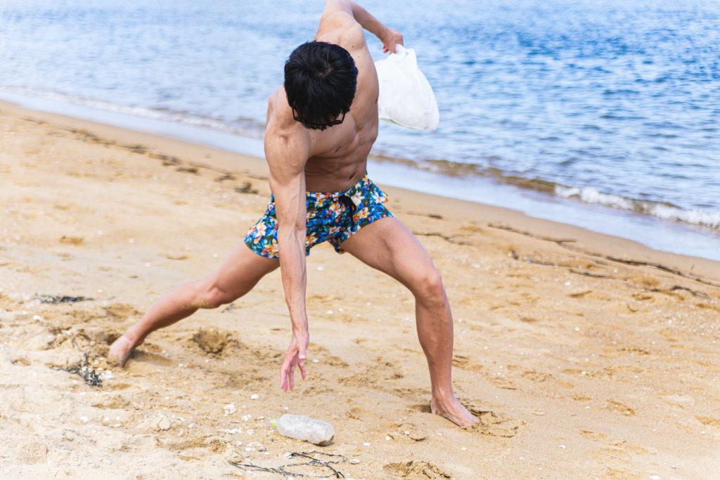 砂浜のゴミを拾うマッチョLEVEL50@フリー素材 砂浜