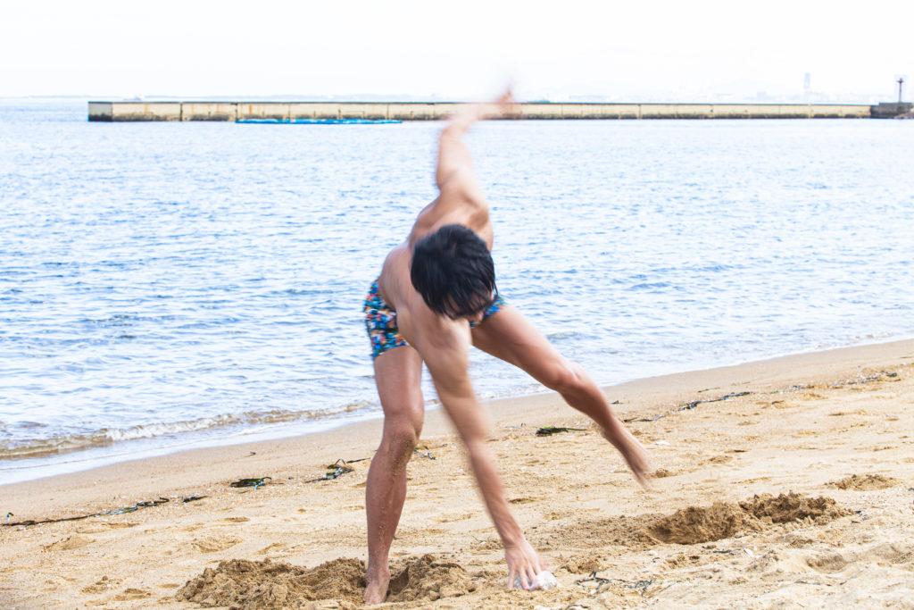 砂浜のゴミを仕留めるマッチョ/reference photo for drawing muscle at the beach@フリー素材 砂浜