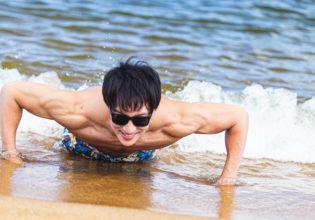 波打ち際でパンプアップするマッチョ/reference photo for drawing muscle at the beach@フリー素材 海