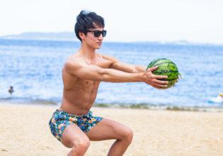 スイカでパンプアップするマッチョ/reference photo for drawing muscle at the beach@フリー素材 夏 スイカ