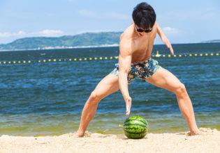 手刀でスイカを割ろうとするマッチョ1/reference photo for drawing muscle at the beach@モデル 筋肉