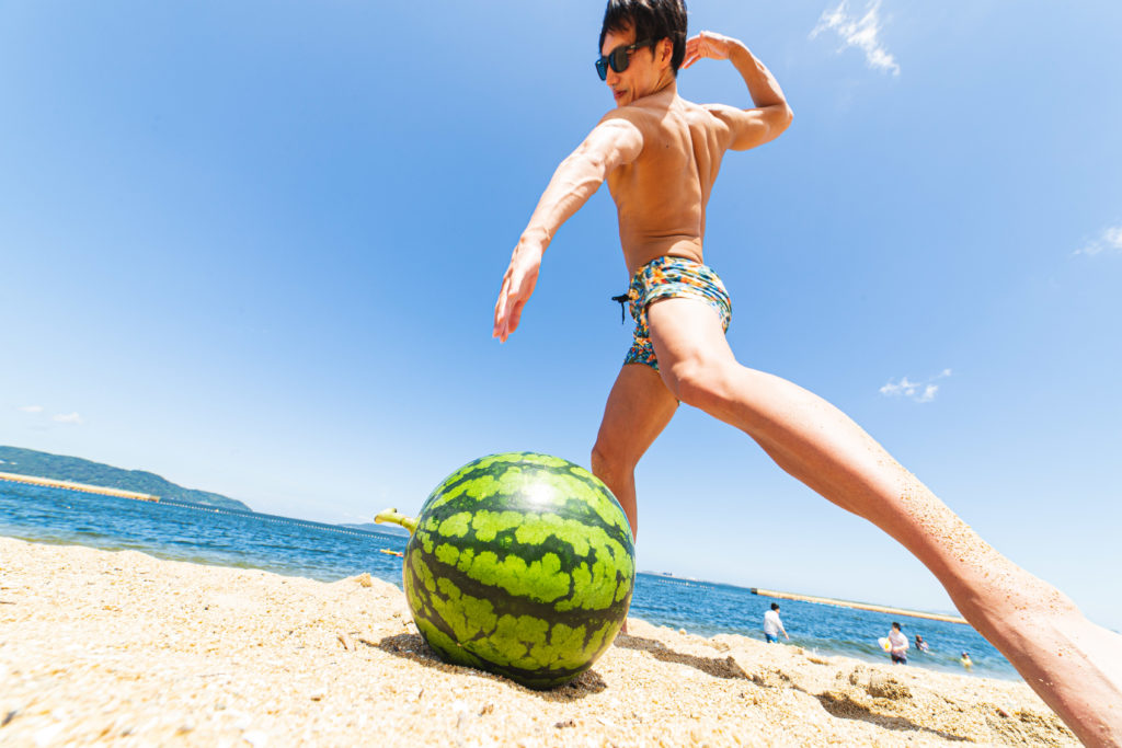 手刀でスイカを割ろうとするマッチョ3/reference photo for drawing muscle at the beach@フリー素材 夏 海