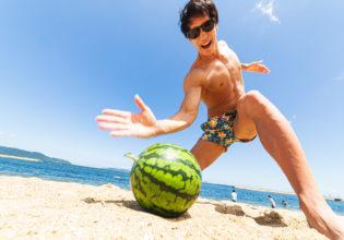 手刀でスイカを割ろうとするマッチョ5/reference photo for drawing muscle at the beach@フリー素材 夏 海
