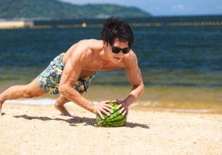 スイカでパンプアップするマッチョ2/reference photo for drawing muscle at the beach@フリー素材 夏 海