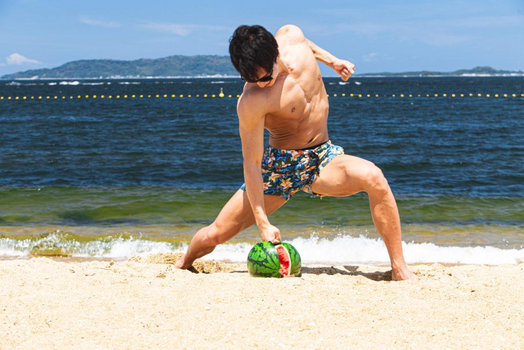 拳でスイカを割るマッチョ1/reference photo for drawing muscle at the beach@フリー素材 夏 海