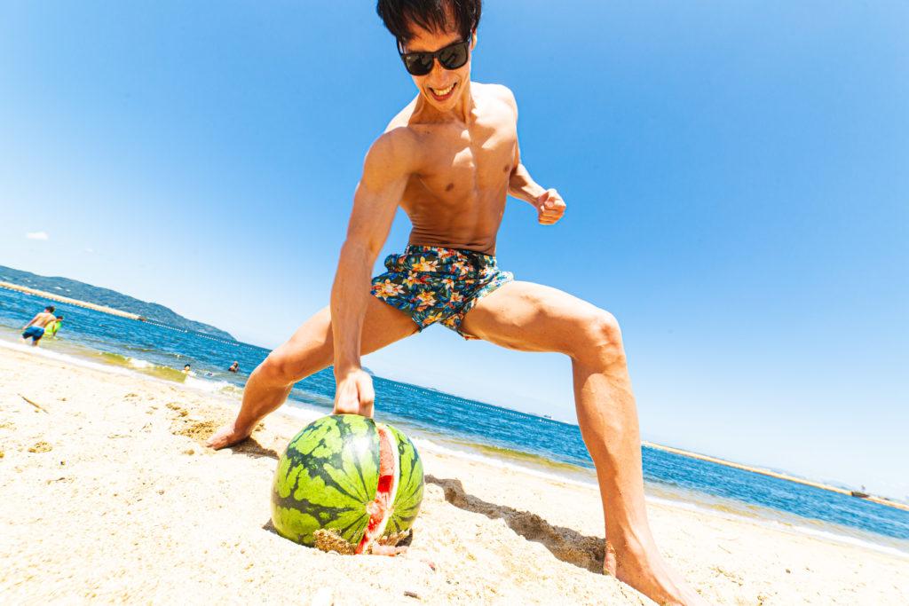 拳でスイカを割るマッチョ2/reference photo for drawing muscle at the beach@モデル 筋肉