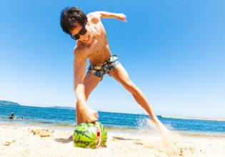 拳でスイカを割るマッチョ4/reference photo for drawing muscle at the beach@フリー素材 夏 海