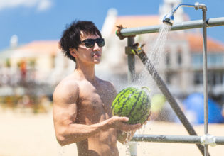 スイカ洗いのマッチョ1/reference photo for drawing muscle at the beach@フリー素材 筋肉