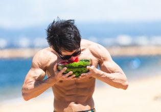 スイカをワイルドにいただくマッチョ1/reference photo for drawing muscle at the beach@海 筋肉