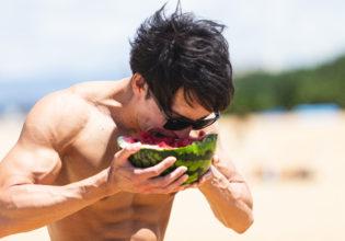 スイカをワイルドにいただくマッチョ2/reference photo for drawing muscle at the beach@フリー素材 筋肉