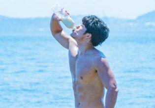 海と牛乳とマッチョ(縦写真)@著作権フリー 画像 筋肉