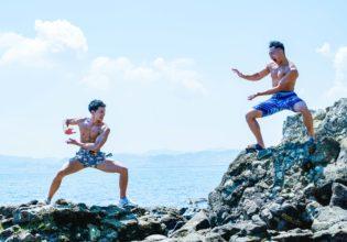 かめ〇め波を撃とうとするマッチョ/reference photo for drawing muscle at the sea@著作権フリー 画像 筋肉