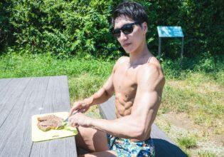 森でお肉をいただくマッチョ1@キャンプ 筋肉