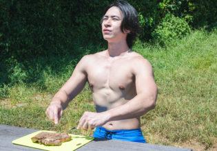 森でお肉をいただくマッチョ2@モデル 筋肉