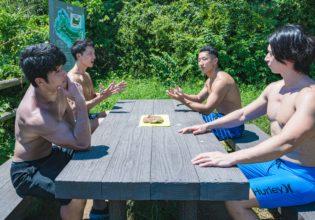 肉の存在を忘れて熱く討論するマッチョたち1/reference photo for drawing muscle at forest /dungeon@BBQ フリー素材