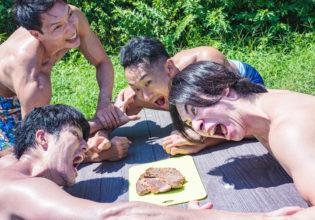肉を奪い合うマッチョたち2/reference photo for drawing muscle at forest /BBQ@バーベキュー 写真 フリー