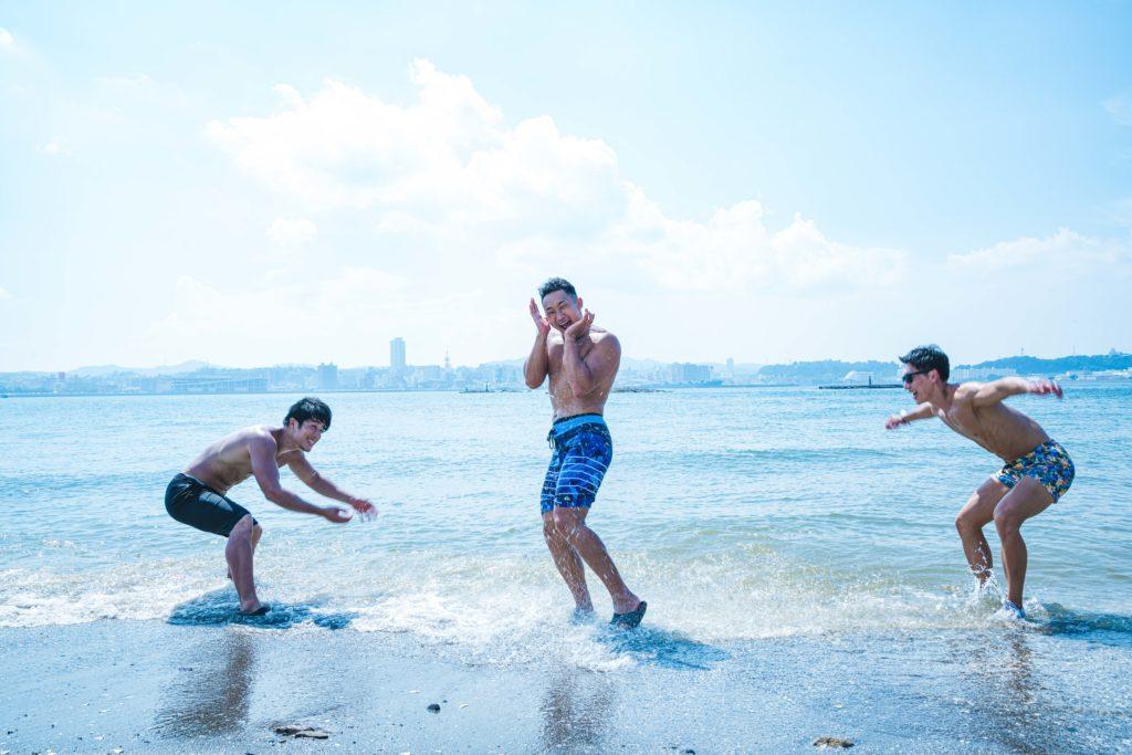海で戯れるマッチョたち/reference photo for drawing muscle at beach@著作権フリー 画像 筋肉