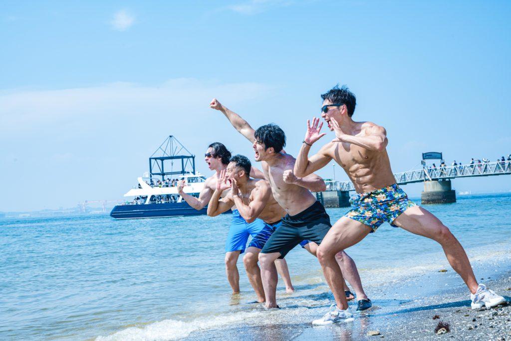 海に向かって好きな人の名前を叫ぶマッチョ/reference photo for drawing muscle at beach@ビーチ フリー素材