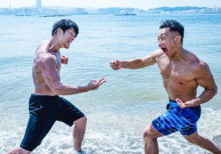 命を懸けてじゃんけんするマッチョ/reference photo for drawing muscle at beach@著作権フリー 画像 筋肉
