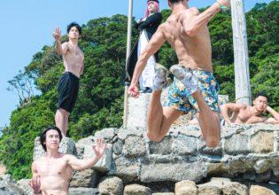 ラスボス前の四天王を初撃で撃ち払おうとするマッチョ(縦写真)/reference photo for drawing muscle at beach@海 マッチョ