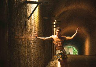 光と闇の狭間に生きるマッチョ(縦写真)/reference photo for drawing muscle at forest /dungeon@モデル 筋肉
