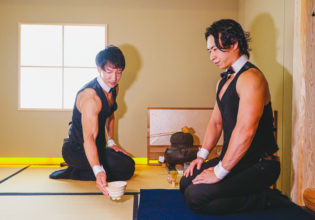 抹茶を出すマッチョ/reference photo for drawing muscle /japanese tea party/maccha@フリー素材 筋肉