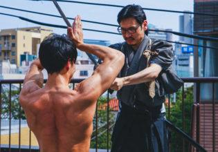真剣白刃取りをするマッチョ(縦写真)/reference photo for drawing muscle /japanese samurai@フリー素材 筋肉